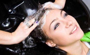Процесс мытья головы в салоне красоты
